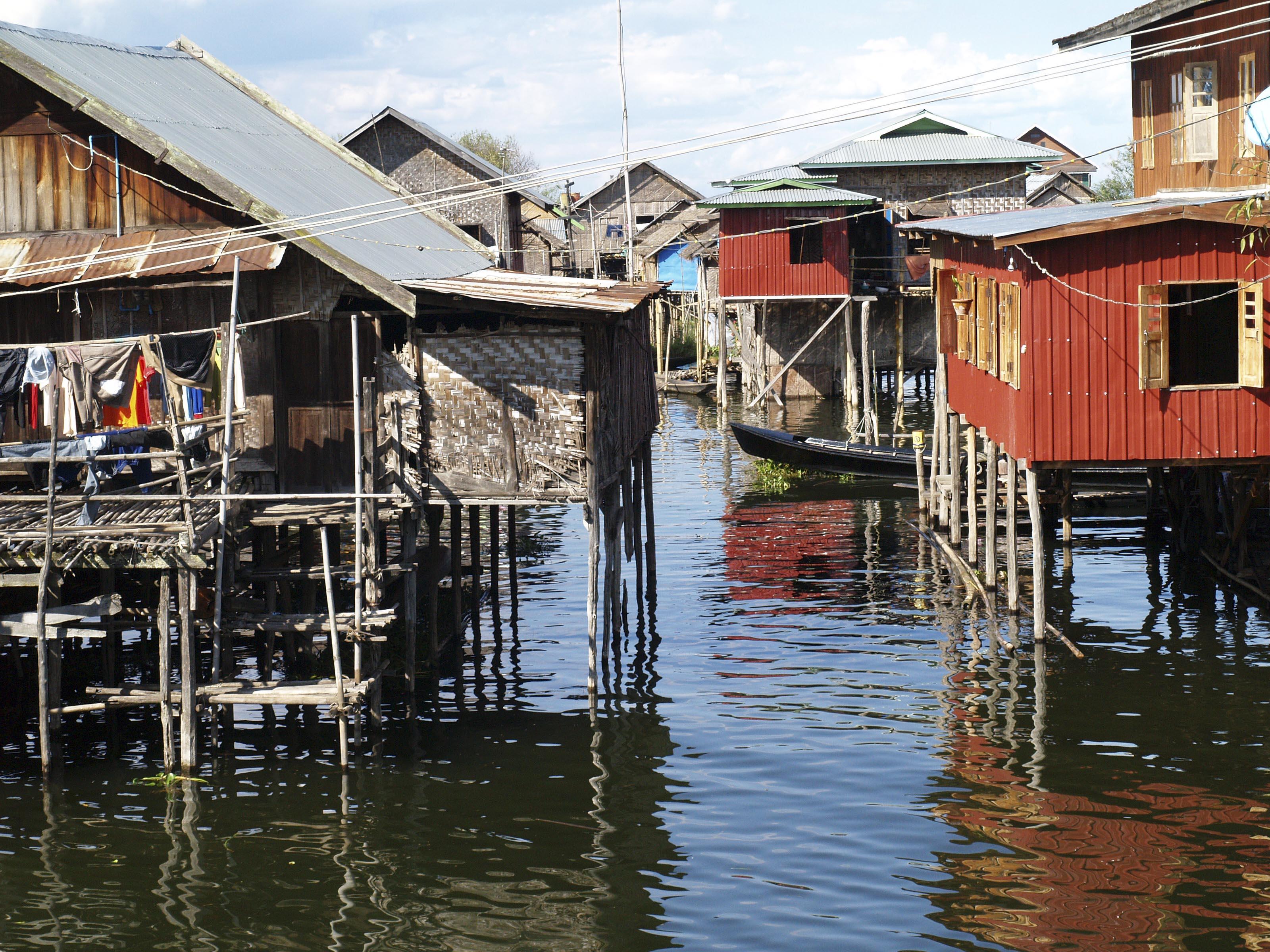 LAGO INLE, MYANMAR. LA CONSTRUCCION ADOSADA A LA CASA ES EL ASEO. LOS DESECHOS CAEN DIRECTAMENTE AL AGUA DEL LAGO.